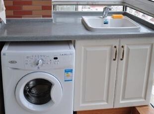 因为将洗手间分为干湿区,设计了一个收纳柜,所以无法给洗衣机预留空位, 只好将其挪至阳台,顺便做了一个水槽,安装了收纳架, 一个简易却实用的洗衣间做成了!洗完衣服直接晾在阳台上,提高了使用方便度。,70平,6万,地中海,两居,阳台,白色,