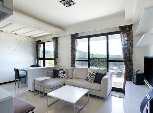 客厅面向阳台-大面积落地窗衔接窗外远景,让纯净的自然温暖在每个角落蔓延。,83平,8万,现代,三居,