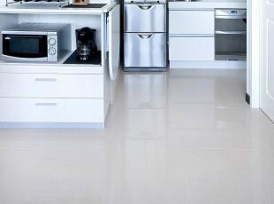 餐厅厨房动线-利用可收纳式的系统物件,让动线更加流动顺畅。,83平,8万,现代,三居,