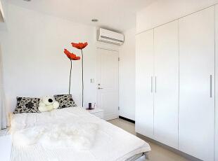 卧房床头背墙-去除繁复的装饰,利用精工壁贴,让空间更显活泼轻盈。,83平,8万,现代,三居,