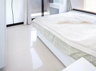 卧房端景墙面-除了床头背墙,端景墙面也运用相同壁贴,当房门打开时,视野可以一路从玄关经由客厅、厨房延伸至墙面。,83平,8万,现代,三居,