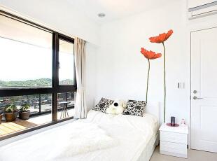 卧房面向阳台-大面积的露天阳台,一路从客厅延伸至卧房。,83平,8万,现代,三居,