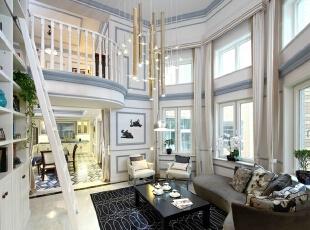 挑高的客厅光线充足,来自南方的竹灯和大面书墙表达着一种美学品位和文化追求,在会客之余也可在此阅读,更诠释着一种闲适恬淡的生活方式。 由客厅进入餐厅,便可见十分开阔的就餐空间。餐厅地面选用个性十足的进口马赛克地拼,与墙面颜色相互呼应,成为整个别墅空间设计的点睛之笔。 家庭室空间依然以蓝灰色为主色,使用棕、米黄等配色,使空间色彩丰富,氛围温馨。棉麻质沙发,宽松柔软,十分舒适。背景墙上的装饰挂件是业主长期国外生活积累的,每一件装饰品都是一个故事。,260平,4万,美式,别墅,客厅,白色,
