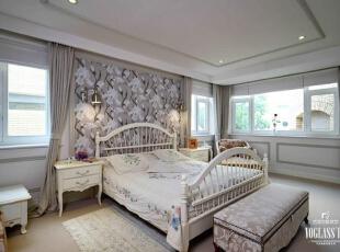 二层根据男女主人的需求分出两间主卧。二层的过厅是男主人的书房,深沉色调的家具是跟随主人多年的老物件,具有年代感,适合营造安静的氛围。 男主人卧室穹顶造型大气开阔,墙壁的简约壁纸纹饰与整体格调保持一致,白色墙面与灰色石膏线条等别墅软装配饰使卧室显得干净而舒适,营造了一个很好的休憩空间。 女主人卧室床头雅致的花纹壁纸配上浅色家具及布艺有一种美式田园气息,舒展而温馨,让人心神安宁。,260平,4万,美式,别墅,卧室,白色,