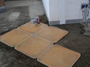 每块砖是否铺平也是用水平仪来比对的。,90平,8万,田园,三居,客厅,白色,