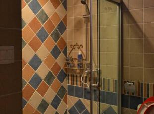 卫生间开了这个好暖和哦。墙角放着四个户外木拼块,洗澡时可以站在上面的。,90平,8万,田园,三居,卫生间,黄白,