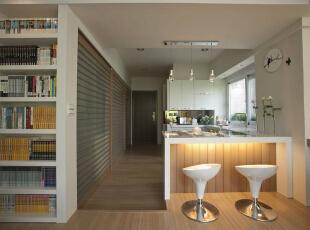 过道设计衣柜上的格栅线条延伸拉长空间宽度,连位在动线上的ㄇ字形厨房也有了敞亮的乡村风表情。,39平,4万,田园,一居,厨房,白色,
