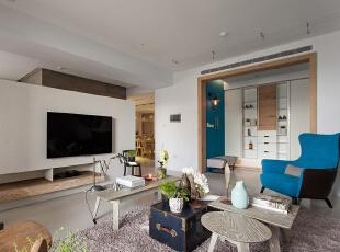 玄关处的孔雀蓝墙面与沙发相呼应,复古的吊灯更有漫步欧洲街头的感觉。,140平,17万,欧式,三居,客厅,米白,
