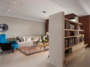 电视墙背面则被改造成了实木书架,兼具实用性的设计。,140平,17万,欧式,三居,客厅,米白,