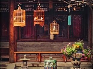 落叶满地的院子里,鸟笼购于北京的鸟市,彩釉石墩儿购于北京的花卉市场,树上挂的铃铛是Alan早年在柬埔寨旅行时购于吴哥窟旁,回国后又给它配上了中式的流苏。,265平,1000万,中式,大户型,