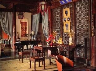 餐厅、客厅与休息区开放相连,客厅中端正的八仙桌和椅子是在古玩城买来的古董;休息区里颇具造型的座椅来自Philippe Starck,白色沙发来自意大利,上面的蓝色靠垫来自上海滩Shanghai Tang,屋内悬挂的宫灯是Alan早年购于白孔雀艺术世界的旧物,地毯是从古玩城淘来的。Alan说他很喜欢屋内静静的,听门口那个从花卉市场买来的会喷泉的缸子那美妙的流水声。,265平,1000万,中式,大户型,