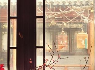 客厅与餐厅之间的小休息区:墙上的书法作品是末代皇帝溥仪的弟弟溥任先生送给Alan的礼物,拿破仑三世风格的椅子是Lanvin Fashion秀上用过的,之后Alan买回家了几把。圆桌上,蓝色的琉璃花瓶和瓷枕均是从旧货市场淘来的,一旁的大蓝瓷花缸则是在天坛旁的古玩市场里找到的。地毯也是Alan从古玩城买来的手工毯,据说是欧洲人订购的风格简洁的中式地毯。,265平,1000万,中式,大户型,