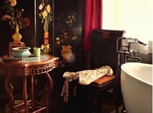 浴室里,木漆屏风是主人20年前在白孔雀艺术世界买的,屏风前的小几是古玩城的老式家具,上面放的香炉是宋代的款制。,265平,1000万,中式,大户型,