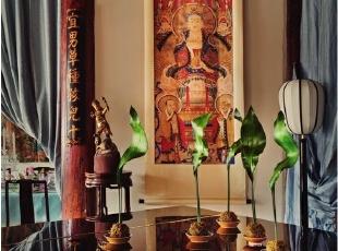 三角钢琴上的绿叶是日本花艺师夏本的新作品,后面墙上挂的菩萨画来自四川一个古庙,原本是5幅一组的,Alan只选中这最中间的一幅。画旁边的花盆架是苏式的老款,架上的木雕小人是多年前在朝阳门古董家具店里买到的。,265平,1000万,中式,大户型,