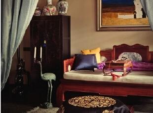 在客厅最右边的休息区里,墩儿上盖的绣布是Alan自己设计的,由他出图和尺寸,然后在老的剧装厂定做。Alan说现在已没人再手绣这种东西了,它使用的还是跟老的金丝手绣戏装一样的工艺。漆柜上的瓷器和地上放的仙鹤烛台都是早年古玩店里买来的老古董,大鸦片床也是很有年头的古董,原本为深黑色,由于修缮师傅把它修得太新,所以颜色变成如今这样浅。墙上的画是一位西班牙画家画的摩洛哥风情图。,265平,1000万,中式,大户型,