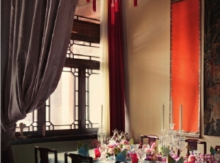 餐厅里,两张中式大画案拼成了能坐下16人同时进餐的长餐桌。桌布是Yves Delorme专为中国年设计的,酒具与烛台均为巴卡拉水晶,餐盘是Dior20年前的产品,现在已经不生产了。,265平,1000万,中式,大户型,