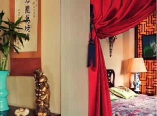 """卧室里,墙上的书法作品是溥仪的弟弟溥任先生的墨宝,下面小几上的石雕叫""""富贵有余"""",是Alan在上海的一个早市里买到的。门帘上的挂钩是老的帐子链,床上的绿色靠垫来自泰国,床单是在香港连卡佛买的,是欧洲生产的中式图案面料。蓝花瓶灯是用一个老花瓶改成的。,265平,1000万,中式,大户型,"""