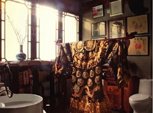 洗手间里,用一件原是老戏袍的龙袍挂在架子上做屏风,遮住后面的马桶,主人说这是从日式和室汲取来的灵感。  因为卫生间比较大,所以Alan还在里面放了很多书。墙上的画放在洗手间里特别幽默,都是中国当代艺术家的作品。Alan说搭配就是一种经验,当你有热情,看得多、试得多了之后,就会慢慢养成,灵感是无处不在的。,265平,1000万,中式,大户型,