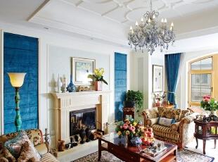 """从两把老沙发开始一个家的设计  走进李先生的家,阳光透过大落地玻璃窗懒洋洋的洒落在客厅里,在众生忙碌的周一,这里的静谧安详让人觉得不真实。  房子的设计,李先生倾注了大量的心血,过去几十年的人生痕迹会体现在房子里,未来的生活也要在这里展开。说起房子的最初设想,李先生抚摸着眼前的沙发说:""""所有的设计都从这两个沙发开始。""""  这组沙发是 10多年前买的,在当时看来,已经非常时髦了,古典欧式的风格,颜色接近灰咖色,扶手处还镀了金色。过了这么些年,金色的边框  犹如做旧般恰到好处。李先生不舍得扔掉这个好东西,所以,他要求设计师在设计之初就考虑这组沙发的再使用问题。  这组沙发是设计原点,但整个家的风格却与它差异较大,因为,在李先生看来,沙发虽好,却不免色调沉重,他希望家能带给他轻松舒适之感。  他想要寻找与这组沙发风格不同的其他家具,有一次跟太太一起逛街时,他看到一套柠檬黄的餐柜和餐桌,当即就拍了照片发给配饰设计师张婷,让张松眼前一亮。  根据餐柜的颜色,李先生又与设计师确定壁纸的颜色——清新田园风。,400平,100万,混搭,别墅,客厅,白蓝,"""