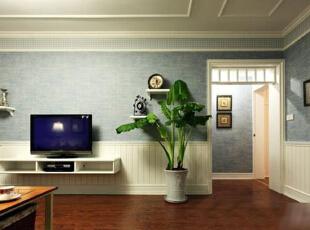 在客厅、餐厅全部使用了白色护墙板,这也是欧式家居风格的经典装饰方法,电视墙上只用几个搁板放些精美的装饰物即可,太多设计会使室内显得杂乱。由于客餐厅内所有的墙壁都使用了一样的墙纸,墙面效果显得单调,为了避免这种单调可在每面墙上用简单的小画装饰一下。,89平,9万,韩式,三居,客厅,白蓝,