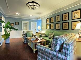 屋内用于待客的客餐空间使用了灰蓝、纯白两种浅色为主色,表现田园风的自然清爽的同时,能够扩大狭长形客餐厅的空间视觉感。在客厅家具的选择上,也用了与墙壁颜色一致的白色与淡绿相结合,白色木制柜桌与绿色沙发搭配,再用两只绿白格子的单人沙发配纯绿沙发使用,增加客厅内色彩构成的多样性,这也是房主想通过英伦风物品提升空间气质的手法之一。,89平,9万,韩式,三居,客厅,白色,蓝色,