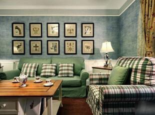 为了弥补墙上大面积的空白,房主用了十幅大小一致的小画来装饰墙面,装饰画排列规整有序,符合英伦风严谨精致的装饰特点,画作全为暖黄色调,能够让由白绿色组成的空间温暖一些。,89平,9万,韩式,三居,客厅,白色,蓝色,