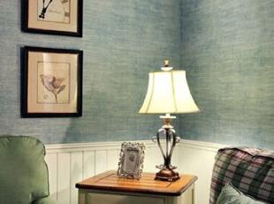 房主在双人沙发两侧分别放置了一只边柜用来收纳客厅杂物,边柜与茶几是一套的搭配协调,边柜上的台灯选择了欧式宫廷设计的款式,与精致边框的相框放在一起,非常有欧式家居的感觉。,89平,9万,韩式,三居,客厅,白色,蓝色,