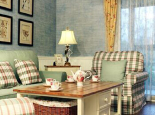 客厅饮茶小几用的是田园风格浓郁的白色柜体配橡木色台面,田园风的室内一般都会使用白色家具,但纯白色的可能太单调,而且以绿白为主色的客厅暖色少会觉得太冷,所以用一款配有深木色台面的茶几既能让客厅看上去更温暖,也能与地板颜色搭配。,89平,9万,韩式,三居,客厅,白色,蓝色,