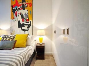 设计重点:亮面墙壁 编辑点评:白色亮面墙壁的反射让卧室空间翻倍,同时也让室内更加整洁和明亮,一举两得。,90平,10万,现代,三居,卧室,白色,