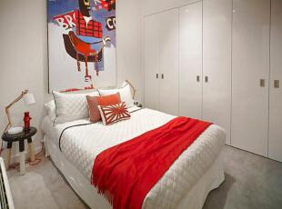 设计重点:内嵌式衣柜 编辑点评:内嵌于墙壁的白色衣柜自然地融入整体,既节省了卧室空间也发挥着强大的收纳功能。床头位置用巨型艺术画作装饰,两侧对称摆放着颜色分层的圆凳子当床头柜使用,黑白红蓝等色彩的跳跃让卧室充满活力。,90平,10万,现代,三居,卧室,白色,