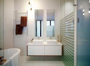 设计重点:镜子一分为二 编辑点评:卫浴的镜子对应洗手盆位置一分为二,二者虽相对独立但却更明显地增强了卫浴的空间感。悬浮的洗手台和储物柜更显轻盈。,90平,10万,现代,三居,简约,卫生间,白色,