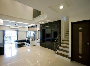 入口-入口的宽敞空间挑空处理,展现高度达六米的舒适度,一回到家中就有最佳的宽敞感受。 而直视卫浴门片的问题,也利用黑镜来整合造型加以修饰。,165平,15万,简约,四居,客厅,黑白,