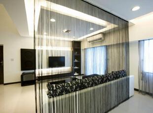 线帘-沙发后方间作为家人的专用健身房,以线帘区隔,不仅能互相分享采光,家人运动时也能观赏电视节目。,165平,15万,简约,四居,客厅,白色,