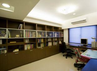 书房-大面积的书柜使用系统柜搭配玻璃变化。,165平,15万,简约,四居,书房,原木色,白色,