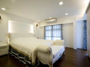 主卧室-白色基调的主卧室,清爽而单纯的睡眠气氛,主墙点缀对称壁灯,带入典雅精致的设计感。,165平,15万,简约,四居,卧室,白色,