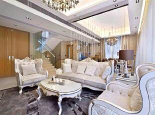 视野开阔的客厅,巧妙的用珠帘来隔出视觉层次感。碎花真皮沙发,优容华贵的意境已经感染了您。,210平,欧式,复式,客厅,白色,