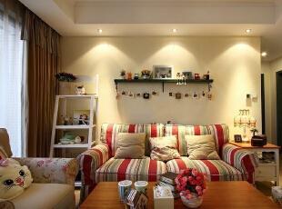 在家具配置上,选用了深圳和美里系列产品,主体材质为中密度板与东北桦木相结合,纹理明显、富有弹性,手感细腻、透明度高。产品设计优雅大方,纯美舒适。,113平,14万,田园,两居,韩式风格,上海实创装饰,客厅,黄白,