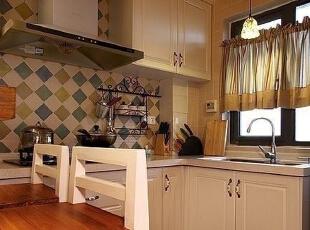 餐边柜的设计稳重大方,细节处的修饰更烘托出几分艺术气息,既有田园的温婉,也有古典的优雅。,113平,14万,田园,两居厨房,白色,原木色,