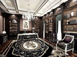 这应该是小编见过的书房中颜色最深的一个了,黑色棕色为主的色调打破了绿色、白色为主的书房空间,也许在常人看来这样的书房略显沉闷,但是结合业主的自身特点以及与地下一层空间的整体协调,谁能不保证这是一个完美的交谈、处理事务空间。,500平,100万,清新,别墅,书房,黑色,棕色,