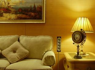 客厅处没有过分的装饰,恰到好处的石膏线条,和简单大方的木饰面板。更显低调奢华又让整个空间看上去舒适大方。,120平,10万,欧式,两居,客厅,新古典,白色,原木色,黄色,黑白,