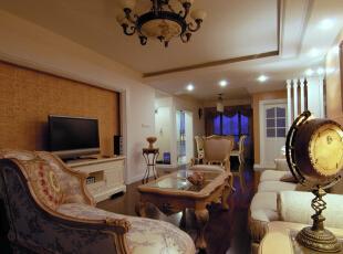 客厅处没有过分的装饰,恰到好处的石膏线条,和简单大方的木饰面板。更显低调奢华又让整个空间看上去舒适大方。,120平,10万,欧式,两居,新古典,白色,原木色,红色,黄色,客厅,