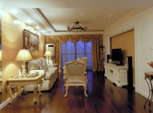 客厅处没有过分的装饰,恰到好处的石膏线条,和简单大方的木饰面板。更显低调奢华又让整个空间看上去舒适大方。,120平,10万,欧式,两居,新古典,白色,原木色,黄色,客厅,美式,