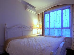 主卧以清新淡雅的白色为基调,简单的欧式白色雕花床配上简单的床头柜和暖色系的台灯和窗帘,让整个空间看起来更加和谐自然。,120平,10万,欧式,两居,卧室,现代,新古典,宜家,美式,白色,原木色,黄色,蓝色,