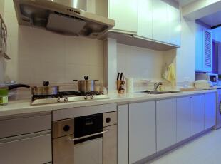厨房间以流畅的行走路线加以多柜体的橱柜设计让整个料理过程显得轻松自在。在设计上设计师打通了厨房北阳台的给原是狭小的厨房区域,增加了不少空间感。,120平,10万,欧式,两居,厨房,简约,宜家,美式,白色,黄色,