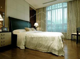 低调奢华,是一种生活态度,一种具有高贵品质的优越品位的生活方式,一种优质生活的表达,一种格调与品位的象征,同时也是一种风格的追求。,235平,235万,现代,别墅,卧室,原木色,白色,