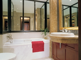 卫生间:欧式风格总是给人以富丽堂皇、雍容华贵的感觉,卫生间也不例外。虽然这个卫生间本身并不大,但是华丽的灯具、镜子、小饰品、再加上欧式的壁纸,整个卫生间自然而然就流露出一种西洋的调子。,246平,20万,欧式,别墅,