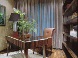 书房:欧式书房色彩淡雅,做了一排小柜子,配的是鸟笼灯,为了采光的需要,设计师在窗户采了百叶窗,于是书房添了几分懒散。,246平,20万,欧式,别墅,