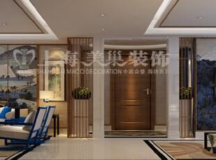 银基王朝220平装修五室两厅新中式样板间效果图案例——客厅布局全景效果图,采用柚木线条把墙面分区,重点装饰部位采用浮世绘整版壁布,其他墙面采用草编壁纸。形成呼应。蓝色软装的加入,让整个版式的空间里灵动了些许。,220平,20万,中式,大户型,银基王朝装修,美巢装饰,装修装饰,装修优惠,装修团装,