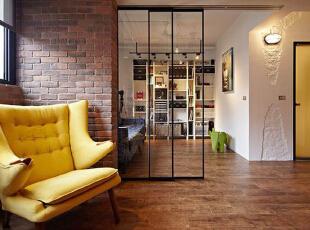 以红色砖墙来打造墙面,香蕉黄色的沙发让这间客厅氛围显出一种明朗活跃感,不管是透着古朴气息的砖墙,还是一旁设计师故意打造的粗犷白墙,都让这一客厅中拥有了一份复古气息。,60平,5万,混搭,小户型,