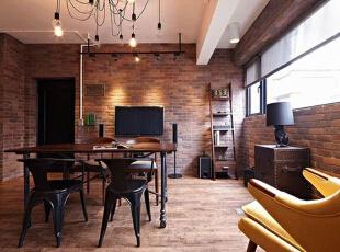 客厅与餐厅区相融合,空间之中摆放着一张木质餐桌,足够同时容纳4到6人一起用餐了,四周古朴的橘红色砖墙为这间客厅增添了不少复古韵味。,60平,5万,混搭,小户型,